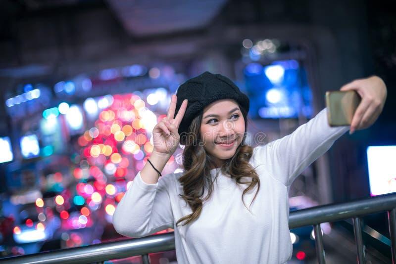 Glückliche asiatische Frau, die selfie frohes und glückliches Lächeln nimmt lizenzfreies stockfoto