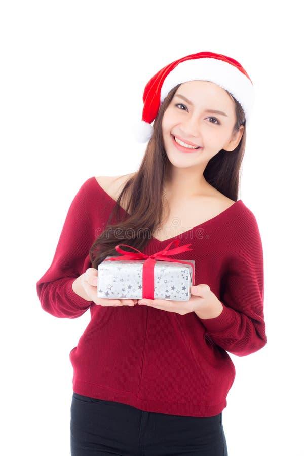Glückliche asiatische Frau mit dem Lächeln, das Geschenkbox Weihnachten hält lizenzfreie stockbilder