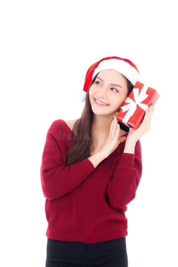 Glückliche asiatische Frau mit dem Lächeln, das Geschenkbox Weihnachten hält lizenzfreie stockfotografie