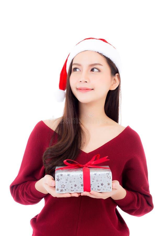 Glückliche asiatische Frau mit dem Lächeln, das Geschenkbox Weihnachten hält stockfotos