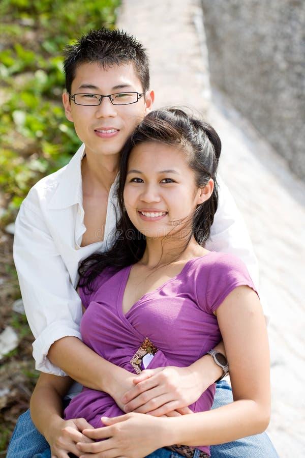 Glückliche asiatische junge Paare stockbild