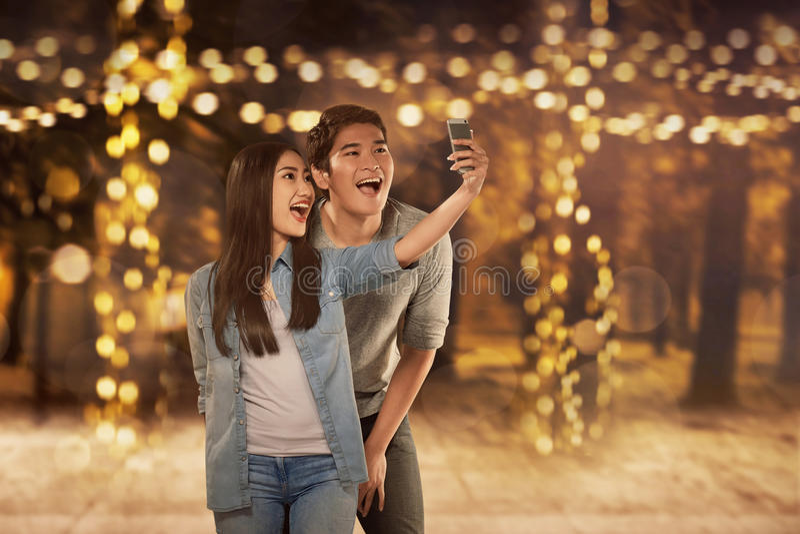 Glückliche asiatische Paare in der Liebe, die selfie Foto macht stockbild