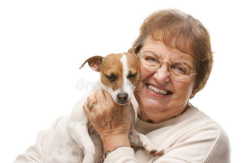 Glückliche attraktive ältere Frau mit Welpen lizenzfreie stockfotos