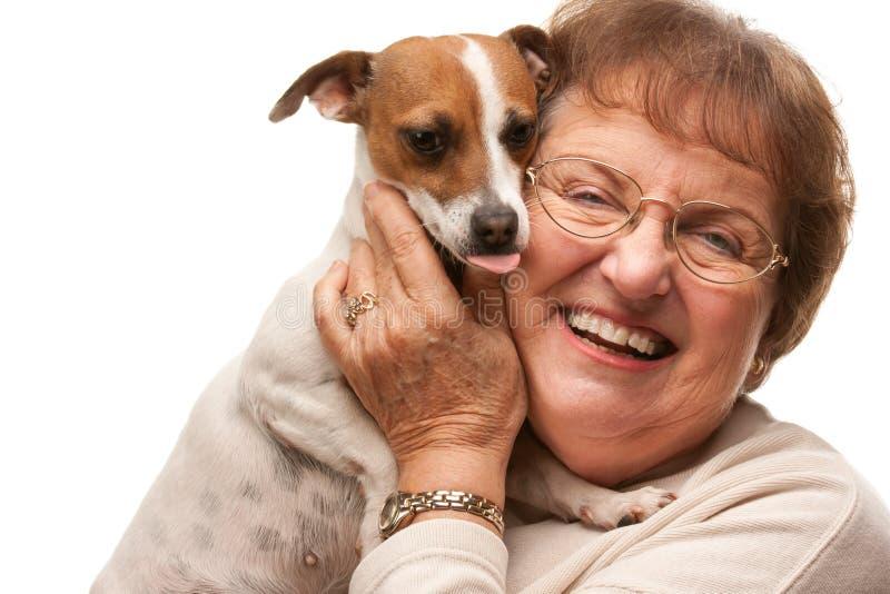 Glückliche attraktive ältere Frau mit Welpen auf Weiß lizenzfreie stockbilder