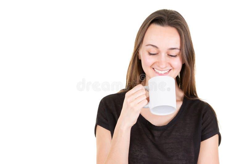 Glückliche attraktive Frau mit Augen schloss Trinkbecher Tee stockfoto
