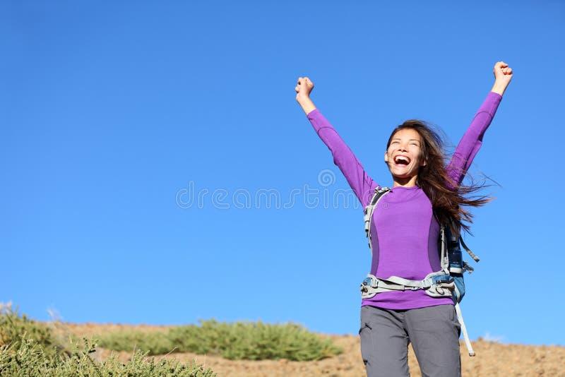 Glückliche Außenseite der Erfolgsfrau lizenzfreies stockfoto