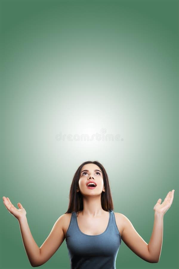 Glückliche aufgeregte junge Frau, die oben schaut lizenzfreie stockfotografie
