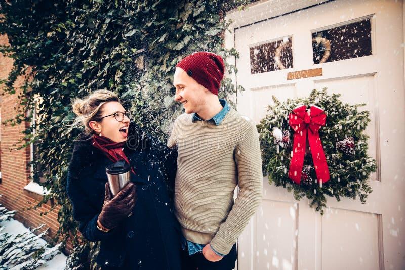 Glückliche aufgeregte kaukasische Paare, die Spaß zusammen draußen zur Weihnachtszeit haben stockbild