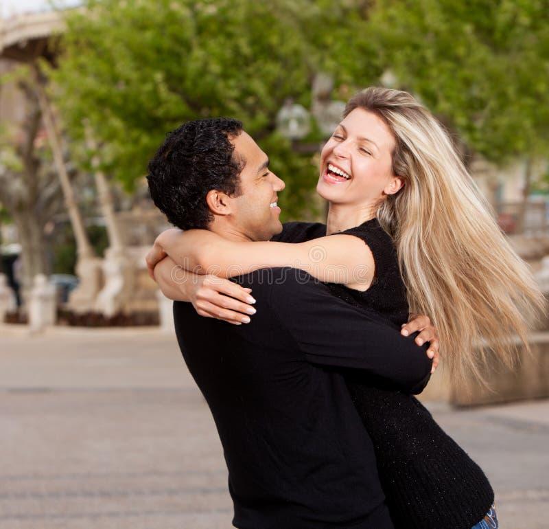 Glückliche aufgeregte Paare stockfotos