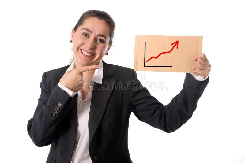 Glückliche beschäftigte Geschäftsfrau, die Wachstumsverkaufsdiagramm hält stockbild