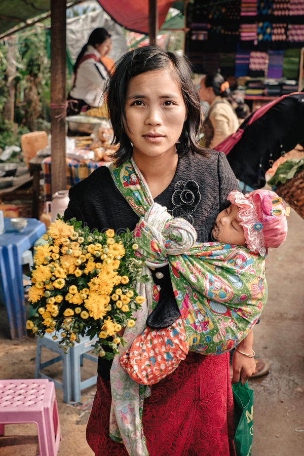 Glückliche birmanische Frau des Porträts mit ihrem Kind lizenzfreies stockfoto