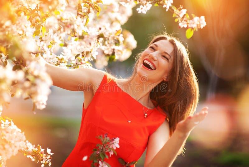 Glückliche blühende Bäume der Frau im Frühjahr stockfotos