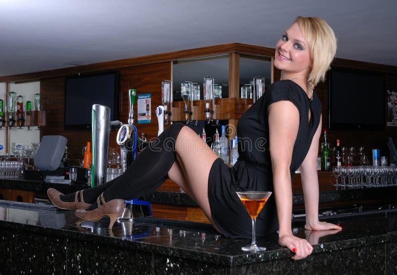 Glückliche blonde Frau auf Stab lizenzfreie stockfotos