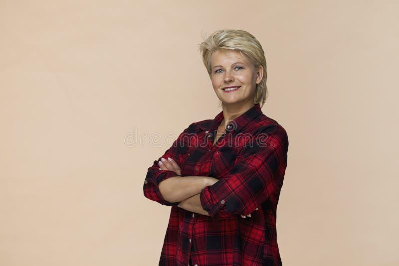 Glückliche Blondine, die überprüftes lächelndes Porträt des Hemdes tragen stockbilder