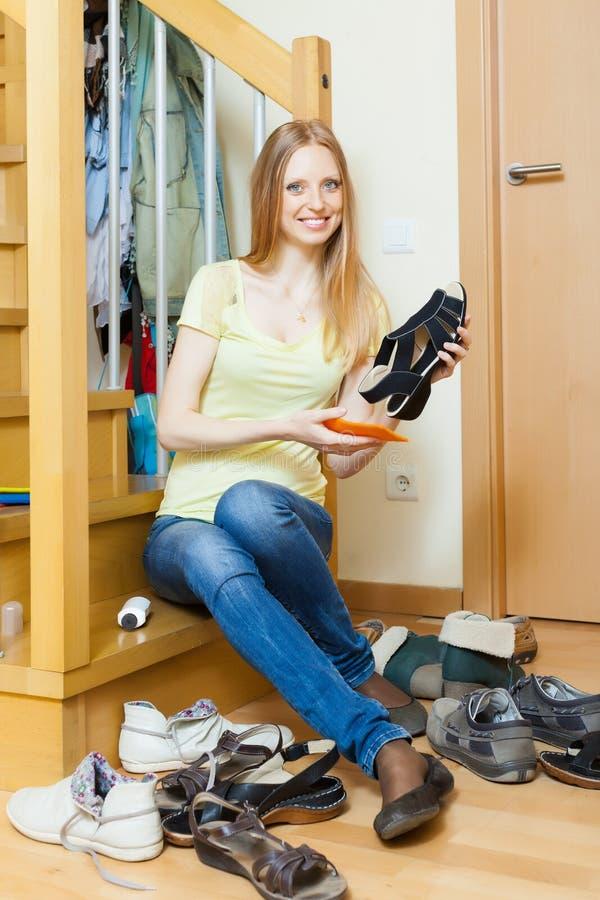 Glückliche Blondine mit Schuhen lizenzfreie stockfotos