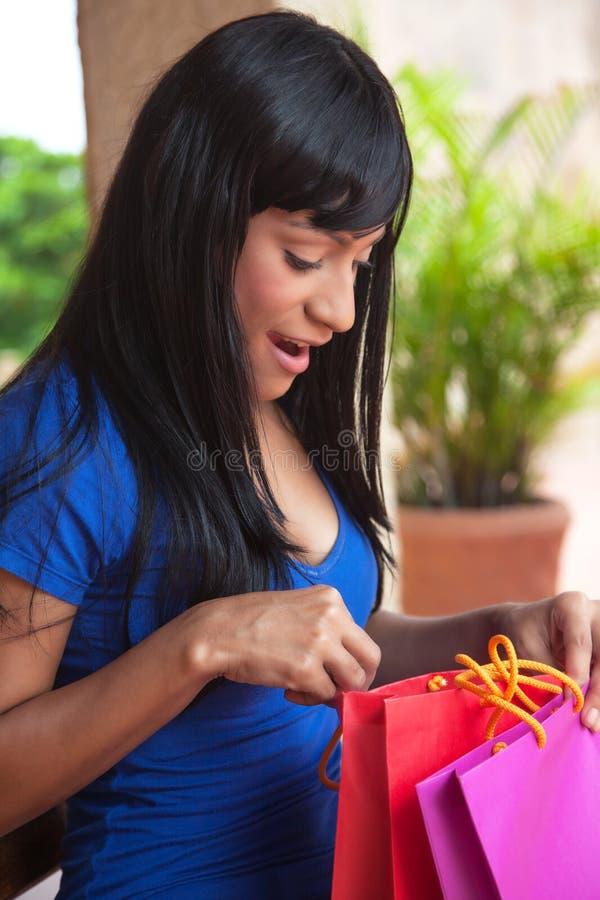 Glückliche brasilianische Frau nach dem Einkauf stockfotos