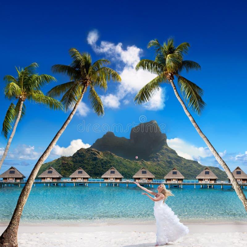 Glückliche Braut auf einem Strand stockfotos