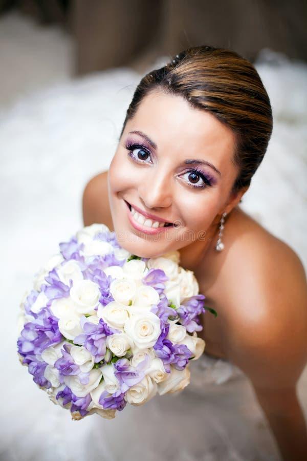 Glückliche Braut, die Blumen anhält stockbild