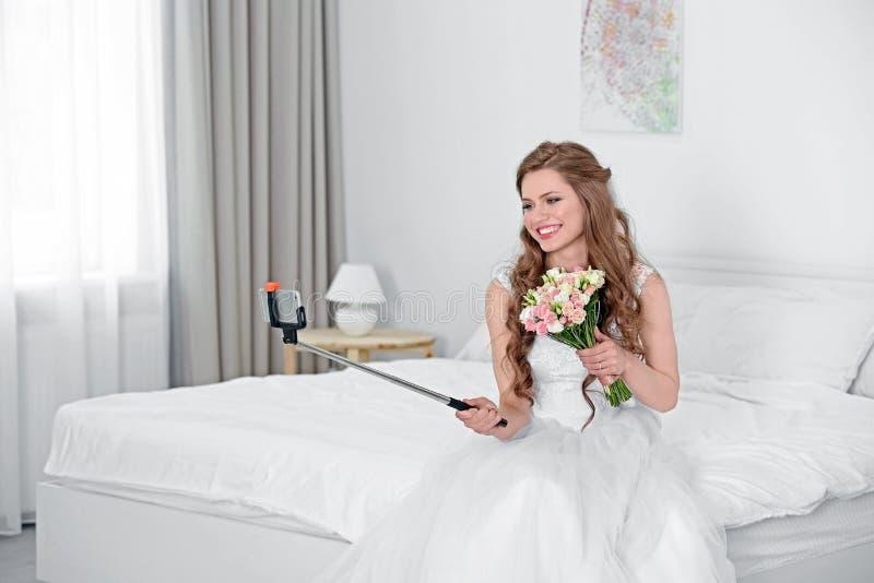 Glückliche Braut, die selfie nimmt lizenzfreies stockbild