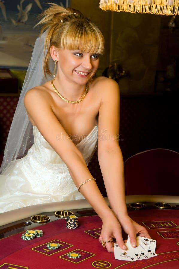 Glückliche Braut in einem Kasino lizenzfreie stockfotos