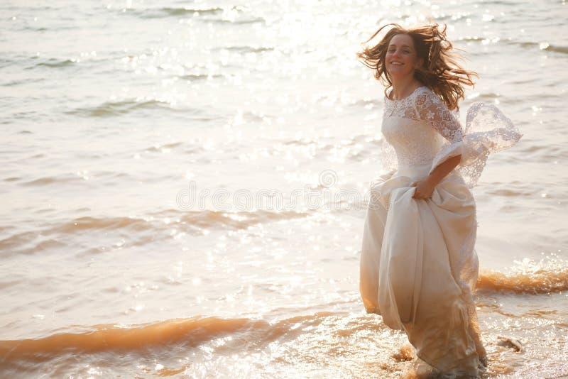 Glückliche laufende Braut lizenzfreies stockbild
