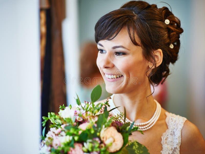 Glückliche Braut mit weding Blumenstrauß lizenzfreies stockfoto