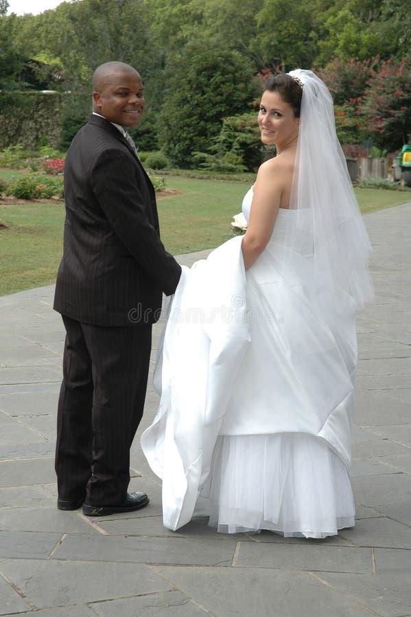 Glückliche Braut und Bräutigam stockbilder