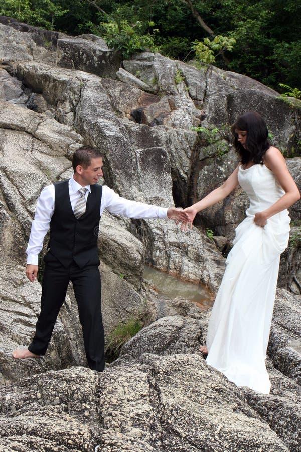 Glückliche Braut und Bräutigam lizenzfreie stockbilder