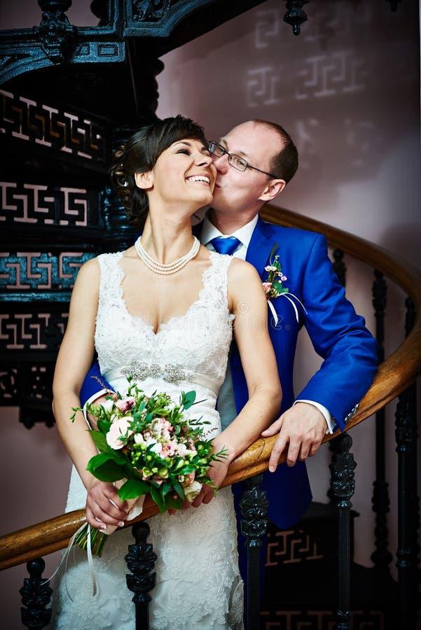 Glückliche Braut und Bräutigam auf alter Treppe lizenzfreies stockfoto