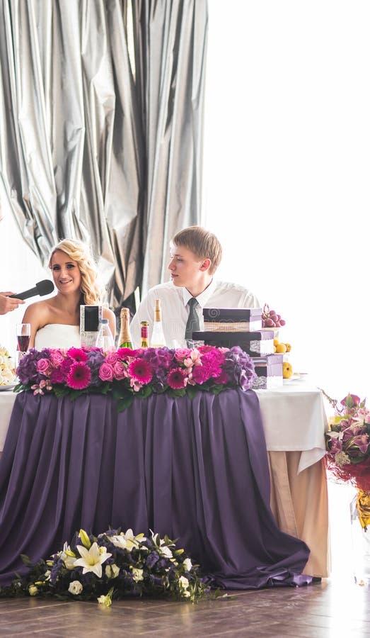Glückliche Braut und Bräutigam auf ihrem Hochzeitsempfang lizenzfreie stockfotos