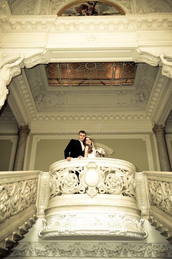 Glückliche Braut und Bräutigam auf ihrer Hochzeit stockfoto