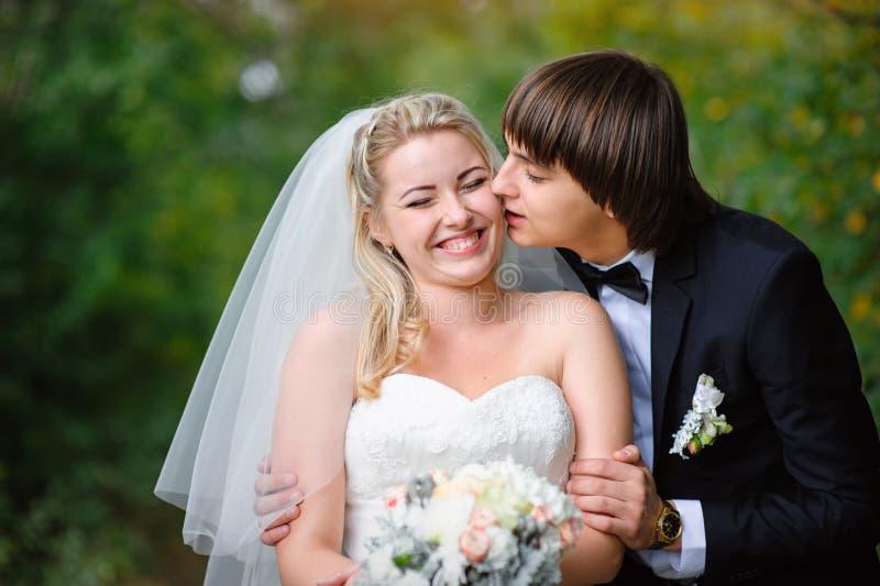 Glückliche Braut und Bräutigam auf ihrer Hochzeit lizenzfreie stockfotos