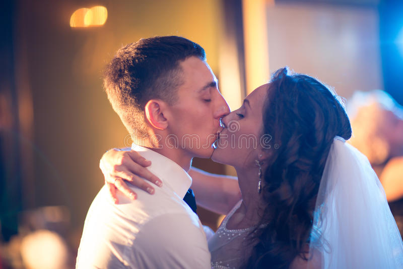 Glückliche Braut und Bräutigam auf ihrer Hochzeit stockfotos