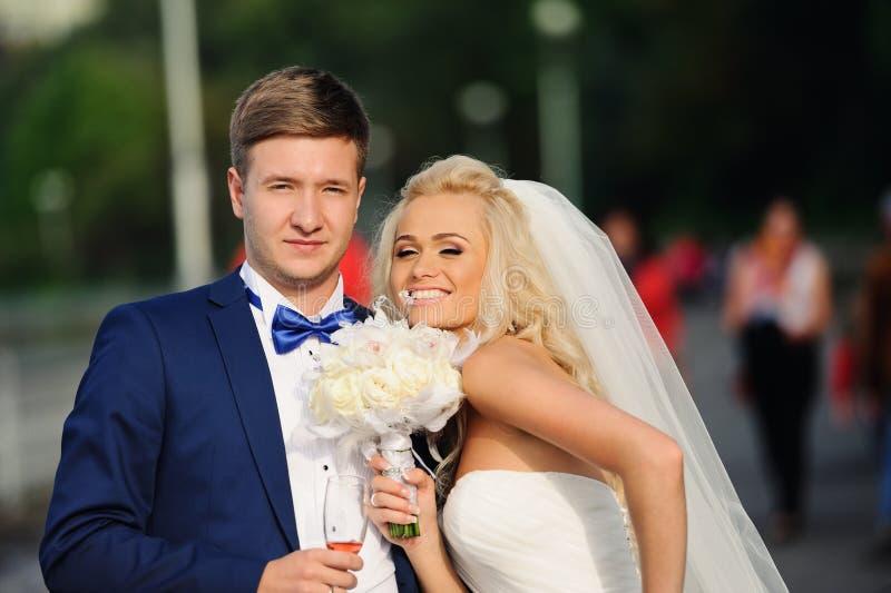 Glückliche Braut und Bräutigam auf ihrer Hochzeit lizenzfreies stockbild