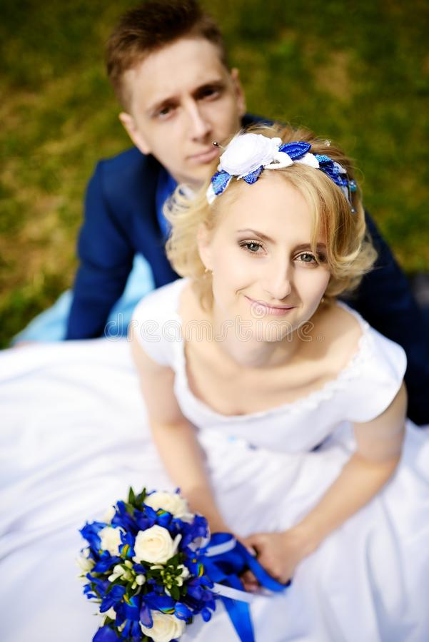 Glückliche Braut und Bräutigam auf ihrer Hochzeit lizenzfreie stockbilder