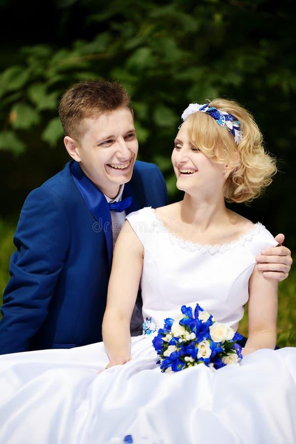 Glückliche Braut und Bräutigam auf ihrer Hochzeit stockbild