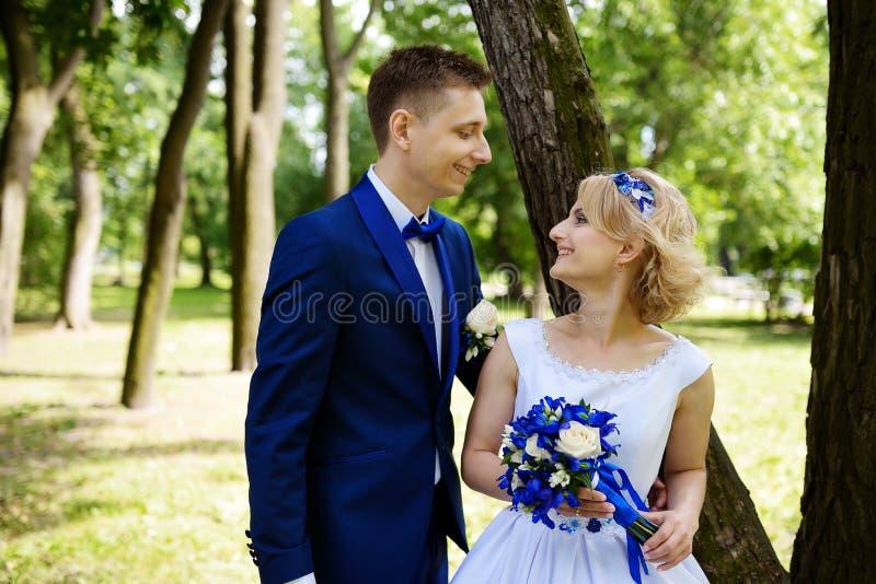 Glückliche Braut und Bräutigam auf ihrer Hochzeit lizenzfreies stockfoto