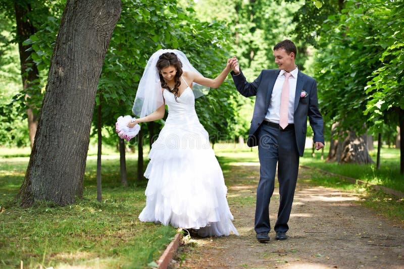 Glückliche Braut und Bräutigam in der schattigen Gasse stockfoto