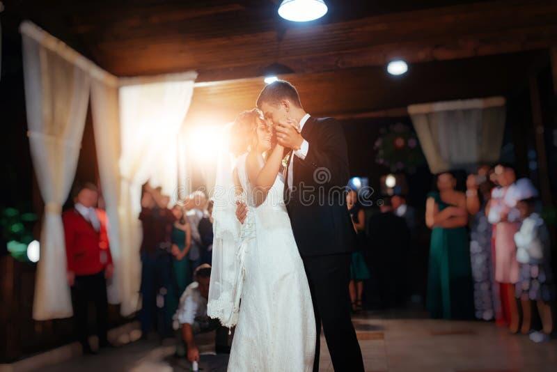 Glückliche Braut und Bräutigam ein ihr erster Tanz, heiratend lizenzfreies stockbild