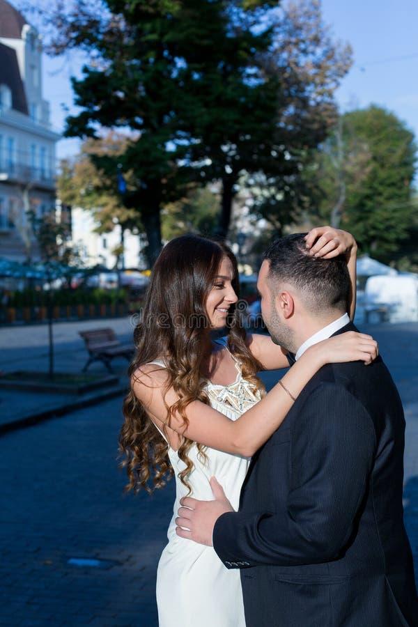 Glückliche Braut und Bräutigam Nettes verheiratetes Paar Gerade verheiratetes Paar umfasst Gleichheit, Krawatte und Kristallschmu stockfotos