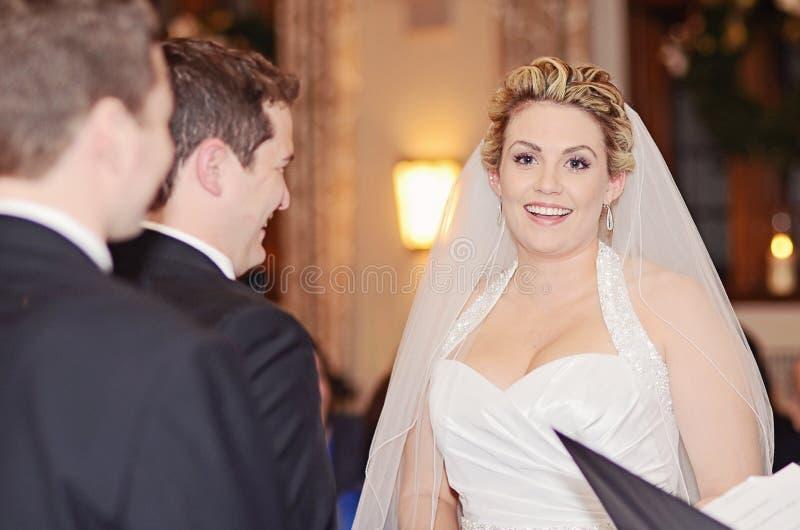 Glückliche Braut- und Bräutigamzeremonie stockbild