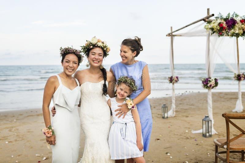 Glückliche Braut und Gäste an ihrer Hochzeit lizenzfreie stockfotos