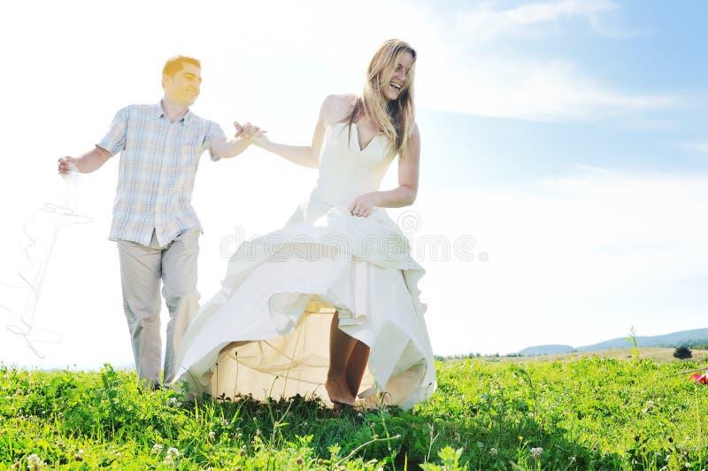 Glückliche Braut und groon im Freien lizenzfreie stockbilder