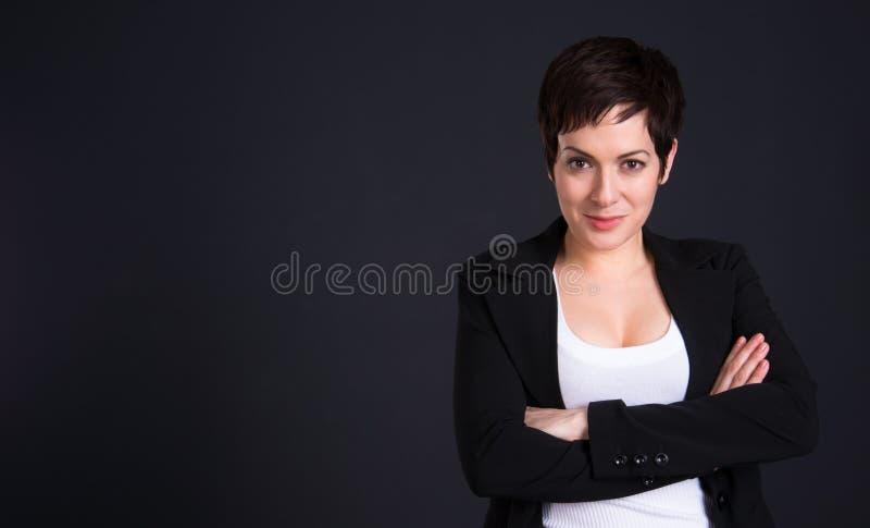 Glückliche Brunette-Frau zeichnet Aufmerksamkeits-Geschäfts-Frau-Büro lizenzfreie stockfotos
