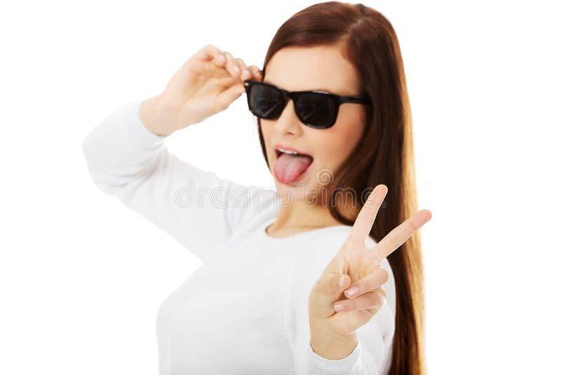Glückliche Brunettefrau in der Sonnenbrille stockfotografie