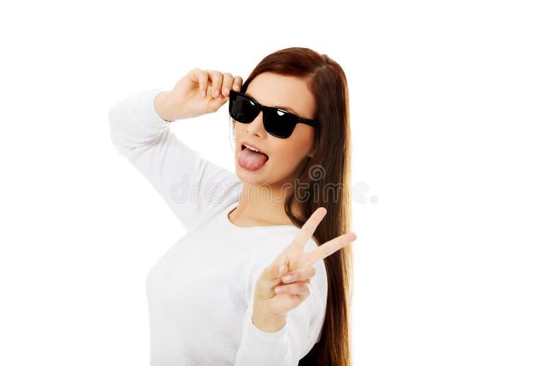 Glückliche Brunettefrau in der Sonnenbrille stockfoto