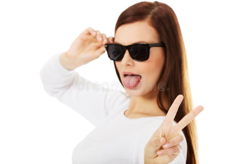 Glückliche Brunettefrau in der Sonnenbrille lizenzfreies stockfoto