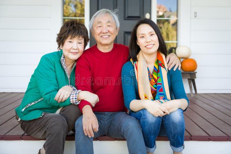 Glückliche chinesische ältere erwachsene Mutter und Vater mit jungem Erwachsenem DA lizenzfreie stockbilder