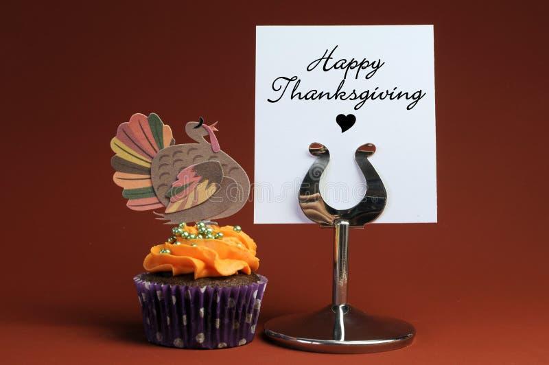 Glückliche Danksagungsmitteilung mit orange kleinem Kuchen mit Truthahndekoration. lizenzfreie stockbilder