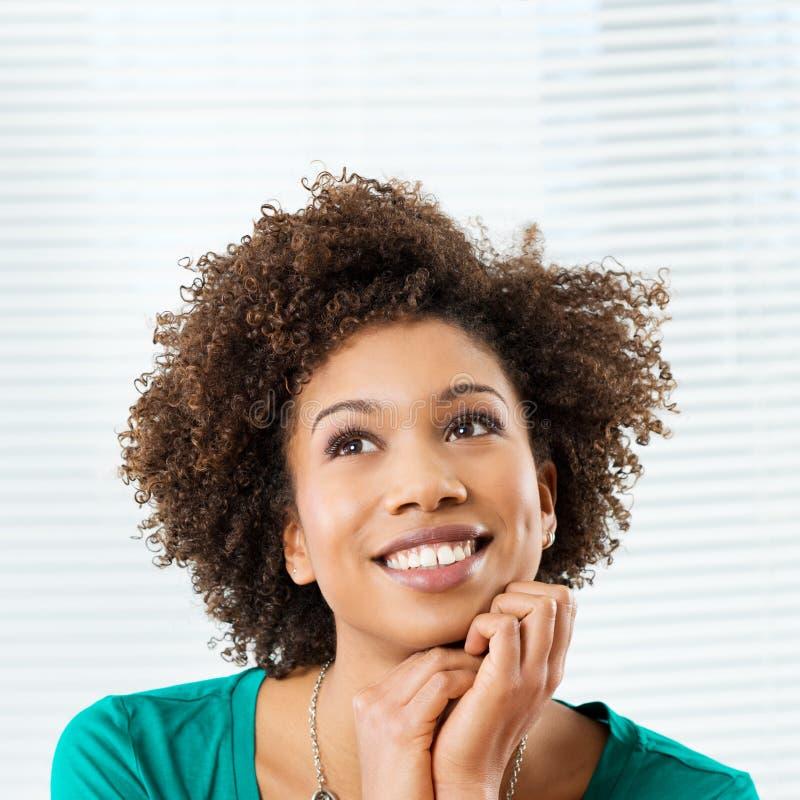 Glückliche denkende Frau lizenzfreies stockfoto